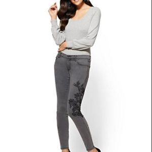 HP 🎉🎉—Grey skinny jeans with black flower detail